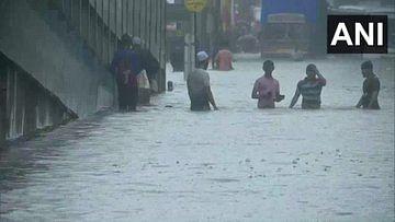 Mumbai Rains : मुंबई में मानसून की दस्तक, भारी बारिश से जनजीवन अस्त-व्यस्त, लोकल ट्रेनों का परिचालन बाधित, आईएमडी ने जारी किया रेड अलर्ट