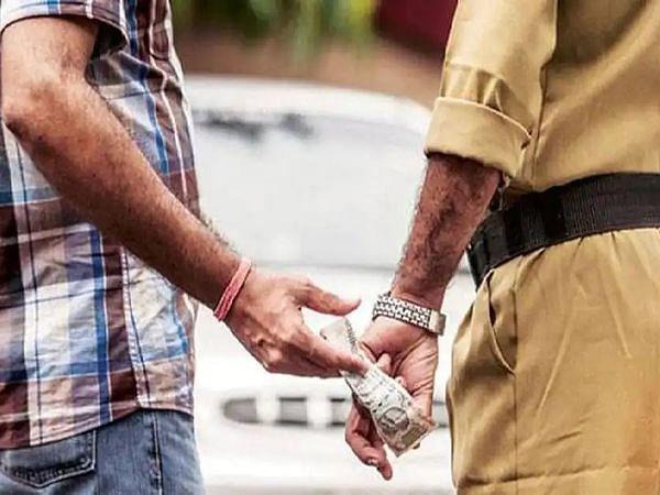 बालू माफिया से 60 हजार रिश्वत लेते दीदारगंज के थानेदार और 2 सिपाही भी गिरफ्तार