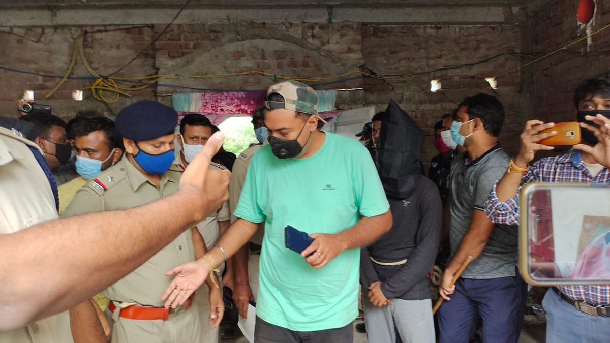 आसिफ के घर जांच करने पहुंची पुलिस की टीम