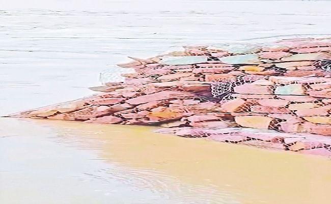 बिहार के मसान नदी में आयी बाढ़ के कारण बह गया पुल, दर्जनों गांवों का एक-दूसरे से टूटा संपर्क, गंडक ने भी किया नुकसान