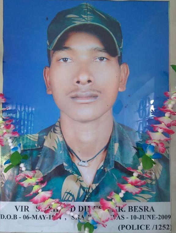 शहादत के 13 साल बाद भी परिजनों को नहीं मिलीं सरकारी सुविधाएं, पिता का छलका दर्द, सारंडा में नक्सली हमले में शहीद हुए थे दिनेश कुमार बेसरा