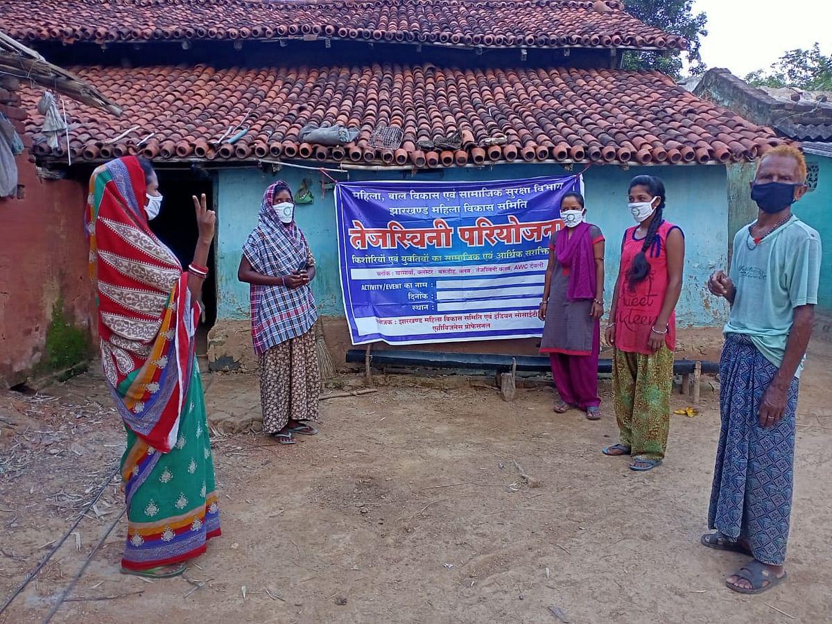Corona Vaccination In Jharkhand : कोरोना टीकाकरण को लेकर ग्रामीणों को ऐसे प्रेरित कर रही हैं तेजस्विनी परियोजना की किशोरियां