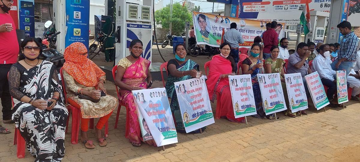पेट्रोल, डीजल व रसोई गैस की बढ़ती कीमतों के खिलाफ कांग्रेस का विरोध प्रदर्शन, लोहरदगा में केंद्र की मोदी पर पर बरसे कांग्रेस नेता