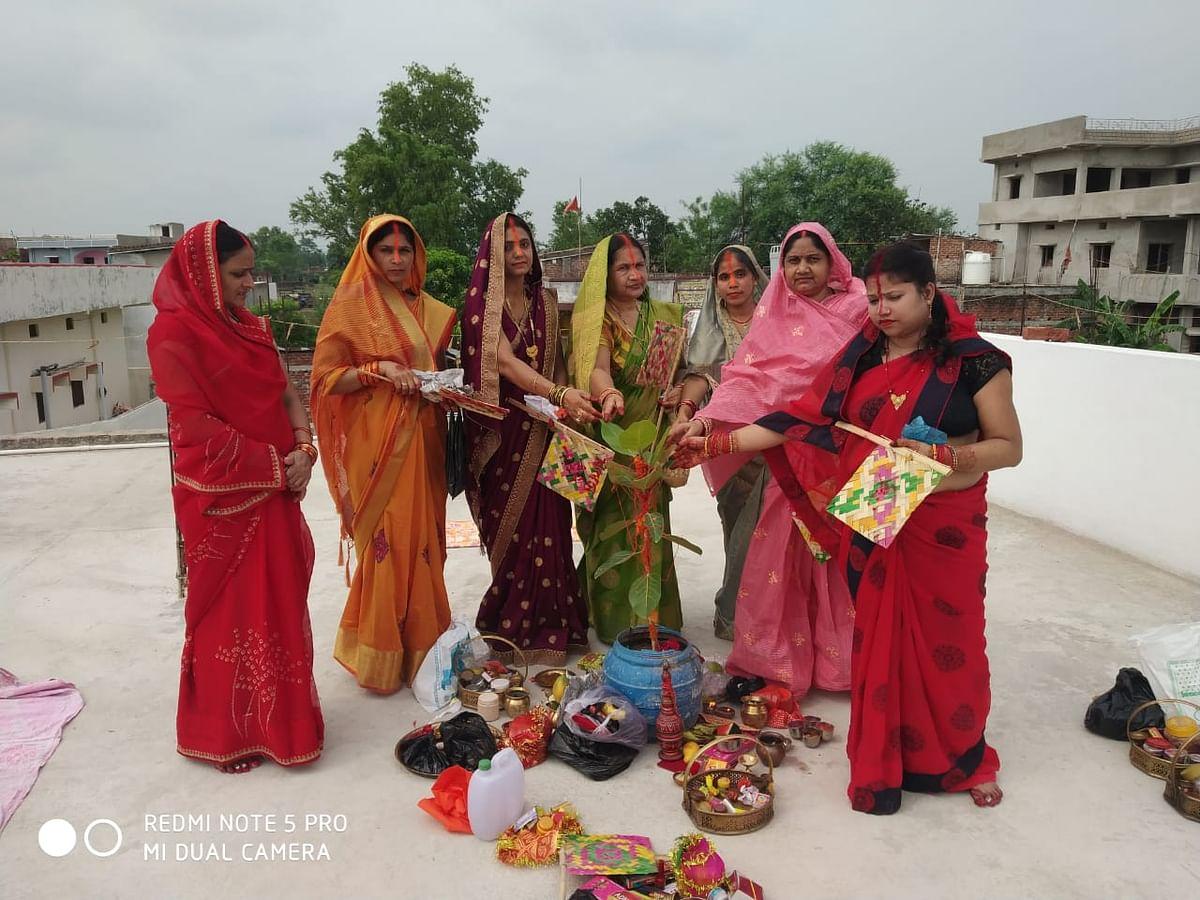 वट सावित्री की पूजा करती महिलाएं