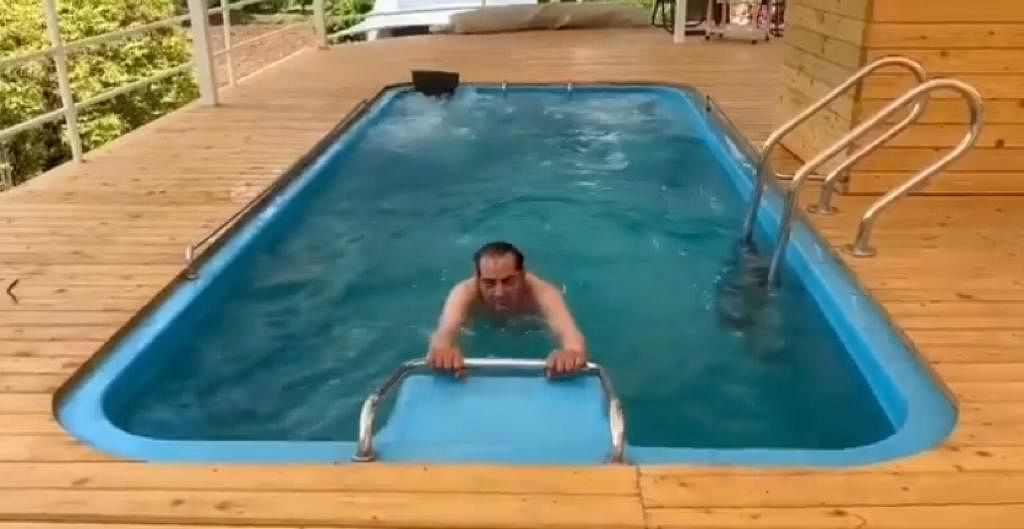85 साल के धर्मेंद्र ने पूल में एरोबिक एक्सरसाइज कर फैंस को चौंकाया, सोशल मीडिया पर VIDEO वायरल