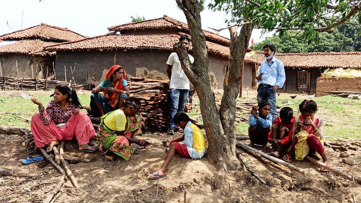 Jharkhand News : कोरोना काल मे बेखौफ पेड़ के नीचे बैठे दिखे ग्रामीण.