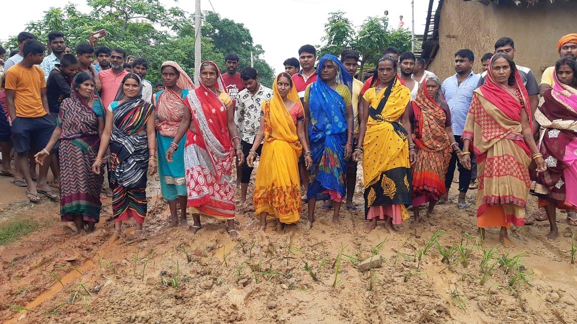 बारिश में जर्जर सड़क पर ग्रामीणों का चलना हुआ मुश्किल, सड़क पर धनरोपनी कर मुखिया, विधायक व सांसद के खिलाफ की नारेबाजी