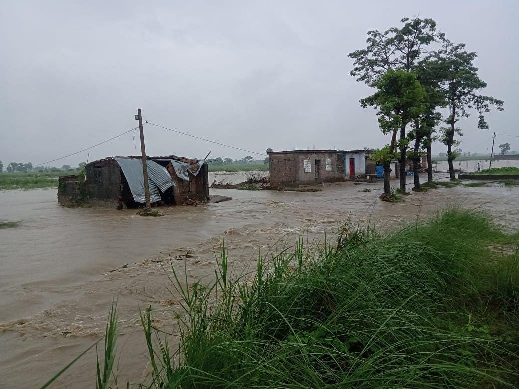 मॉनसून के आते ही बिहार में बाढ़ का तांडव शुरू, लोगों के घरों में घुसा पानी, देखें तस्वीर