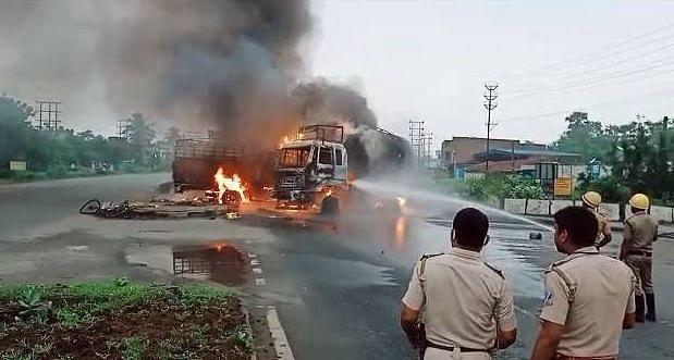 तेल टैंकर से टाटा 407 की भीषण टक्कर, आग में झुलसकर ड्राइवर ने तोड़ा दम, दो राहगीरों की भी मौत