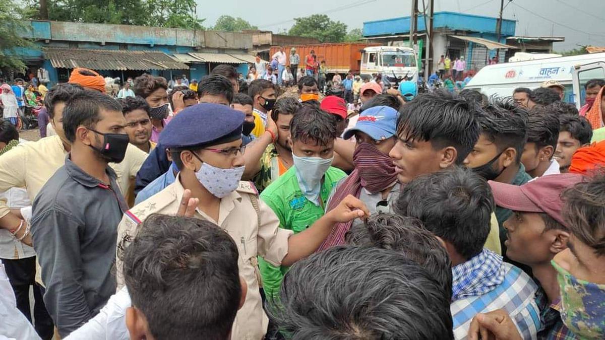 करंट लगने से लाइनमैन की मौत पर लोगों का उतरा गुस्सा, शव के साथ घंटों रांची-पटना रोड किया जाम, मुआवजे की मांग की
