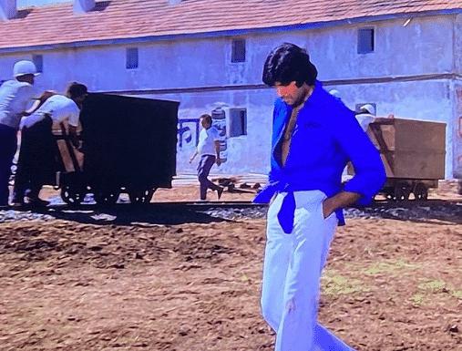 फैशन नहीं इस वजह से बांध कर पहननी पड़ी थी अमिताभ बच्चन को शर्ट, बिग बी ने सुनाया दीवार फिल्म का ये दिलचस्प किस्सा
