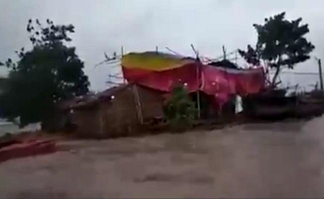 VIDEO: बाढ़ के पानी से घिरा घर, अंदर गूंज रहे शादी के गीत, बिहार का वीडियो हुआ वायरल