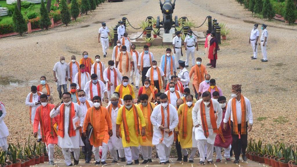 शुभेंदु से मुलाकात के बाद गवर्नर जगदीप धनखड़ ने ममता पर फिर बोला हमला, कहा- बंगाल में अंतिम सांसें गिन रहा है लोकतंत्र