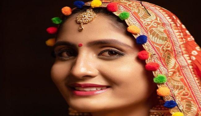 गुजराती लोकगायिका गीता रबारी ने घर पर वैक्सीन की खुराक लेने की तस्वीर साझा की, विवाद होने पर हटायी तस्वीर, जांच के आदेश