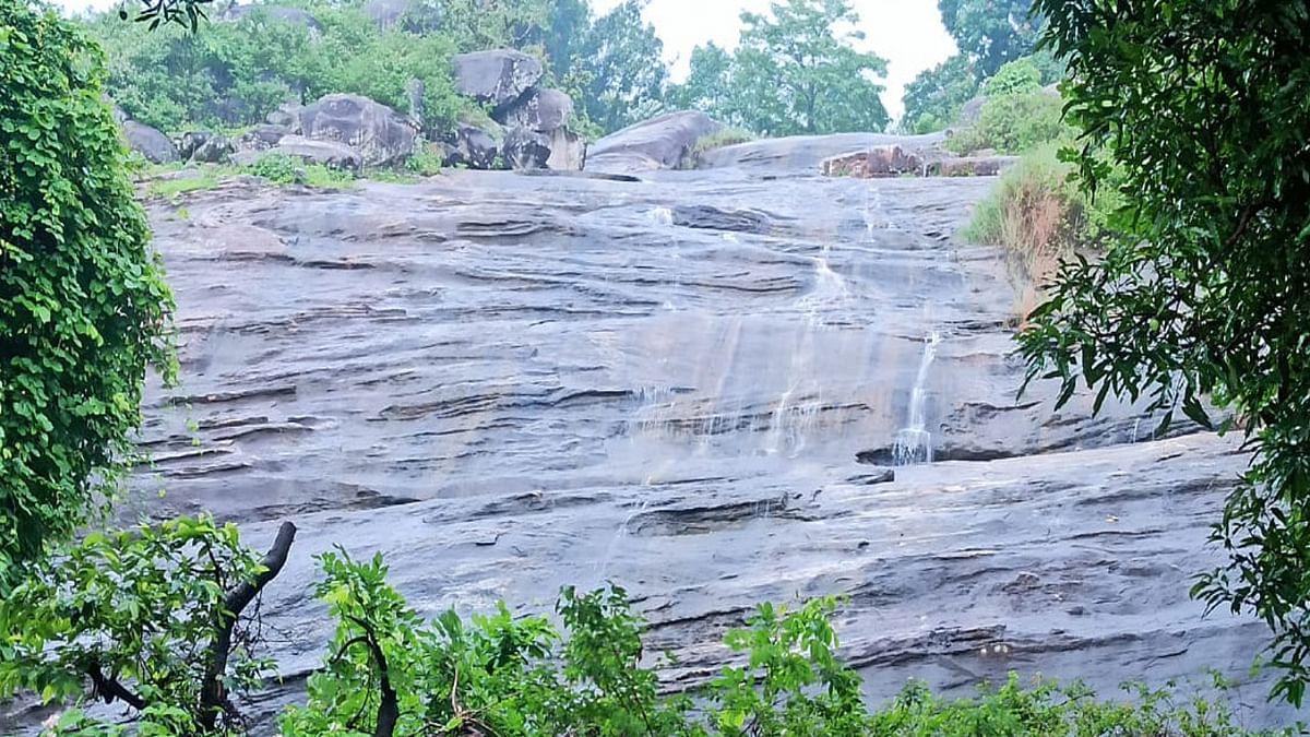 पहाड़ी पानी से बुझेगी गुमला के ऊंचडीह ग्रामीणों  की प्यास, पहाड़ में जमा पानी को पाइप के जरिये गांव में उतारने की योजना