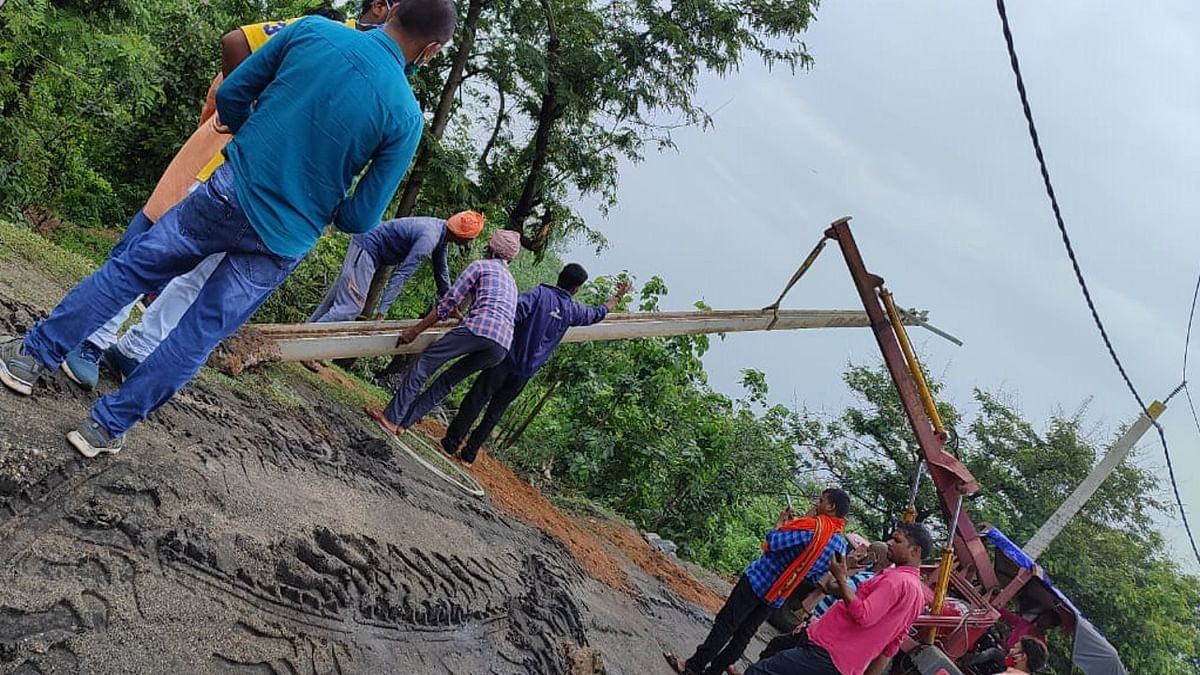 हजारीबाग के कर्णपुरा क्षेत्र में 40 घंटे से नहीं है बिजली, 175 गांव के ग्रामीणों का जनजीवन हुआ अस्त व्यस्त, जानिये क्या है कारण