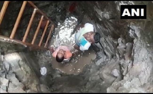 लॉकडाउन में पत्नी और बेटे संग मिलकर घर में ही खोद दिया 20 फीट का कुआं, गांव में थी पानी की दिक्कत
