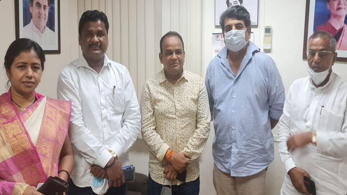 Jharkhand news : दिल्ली में झारखंड के कांग्रेस प्रदेश प्रभारी आरपीएन सिंह से भेंट करते कांग्रेस विधायक.
