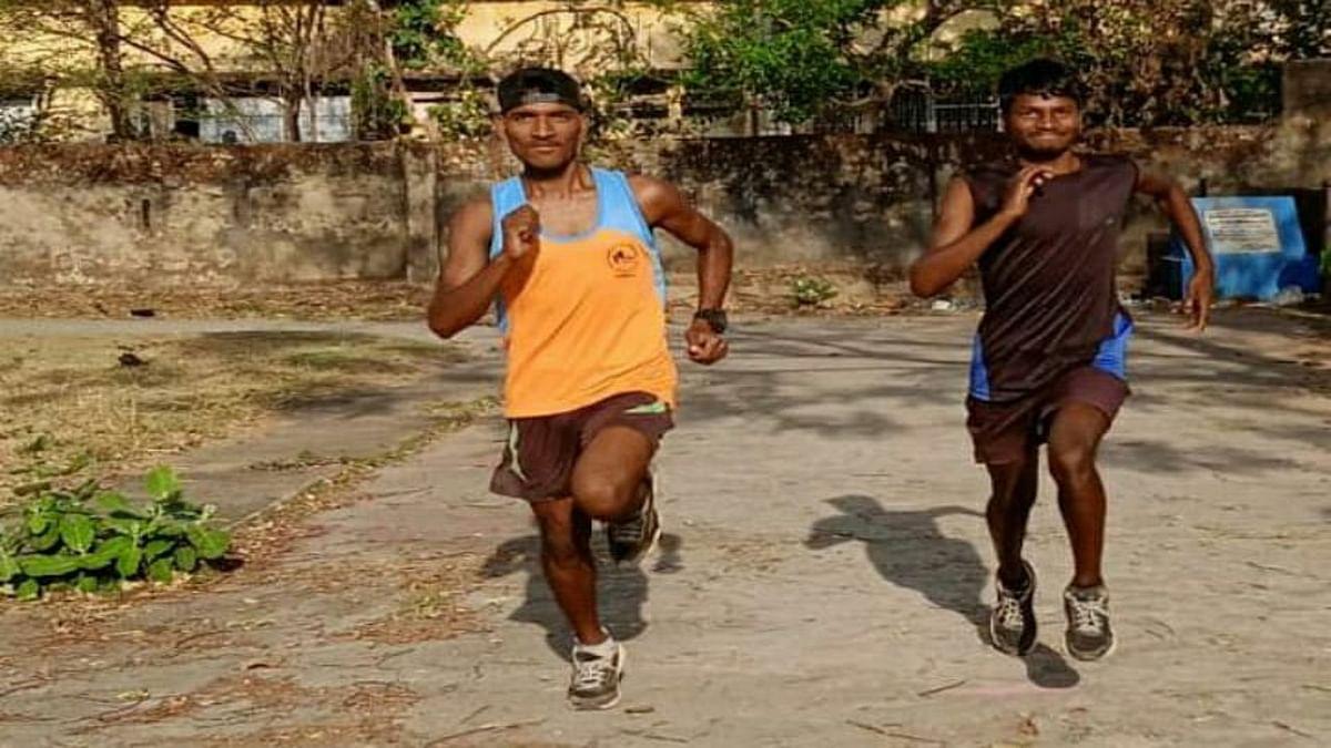 Jharkhand news : हर दिन प्रैक्टिस करते एथलीट सुशील उरांव और जुगनू उरांव.