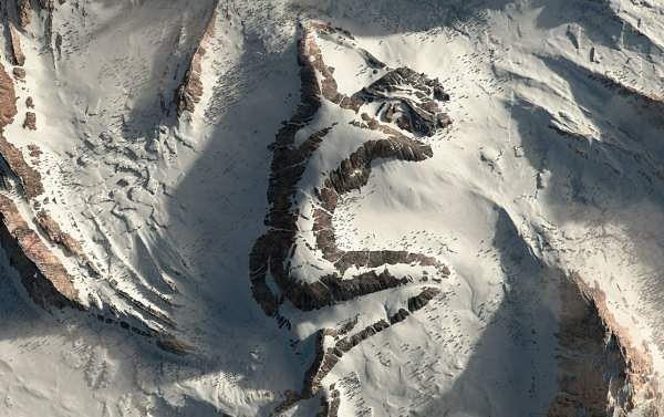 सोशल मीडिया पर THE SLEEPING LADY की वीडियो और तसवीर वायरल, क्या सच में पहाड़ पर कोई महिला सो रही है?
