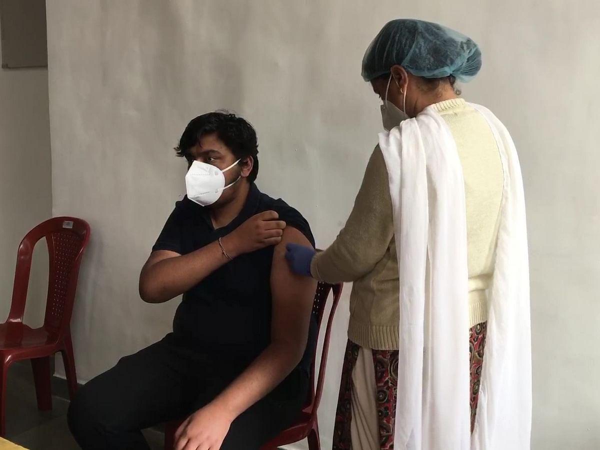 Coronavirus India News Update : मध्य प्रदेश में 1078 नए मामले, यूपी में पिछले 24 घंटे में 179 मौतें, वैक्सीन खत्म होने की वजह से दिल्ली में ज्यादातर सरकारी वैक्सीनेशन सेंटर बंद