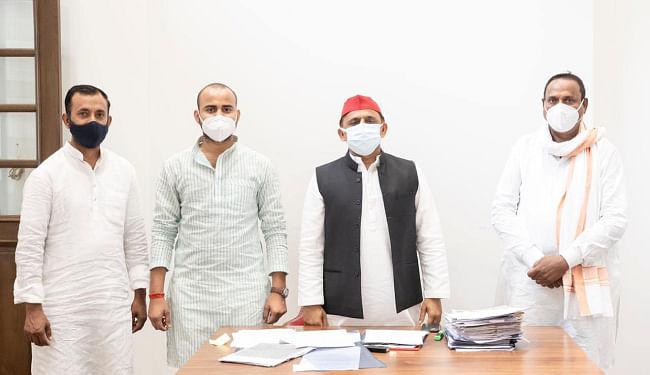 पत्नी और भतीजे के साथ समाजवादी पार्टी में शामिल हुए बीजेपी से निष्कासित शिवशंकर सिंह पटेल