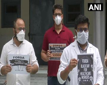 बाबा रामदेव के खिलाफ डॉक्टर्स का 'ब्लैक डे', देश भर में योग गुरु के खिलाफ प्रदर्शन