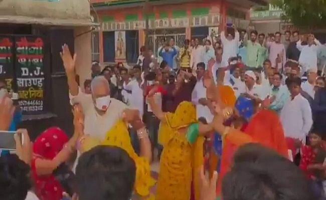 VIDEO: राजस्थान में सगाई समारोह में पहुंचे सांसद और विधायक, कोरोना गाइडलाइन्स की पाबंदियों को किनारे कर जमकर किया डांस