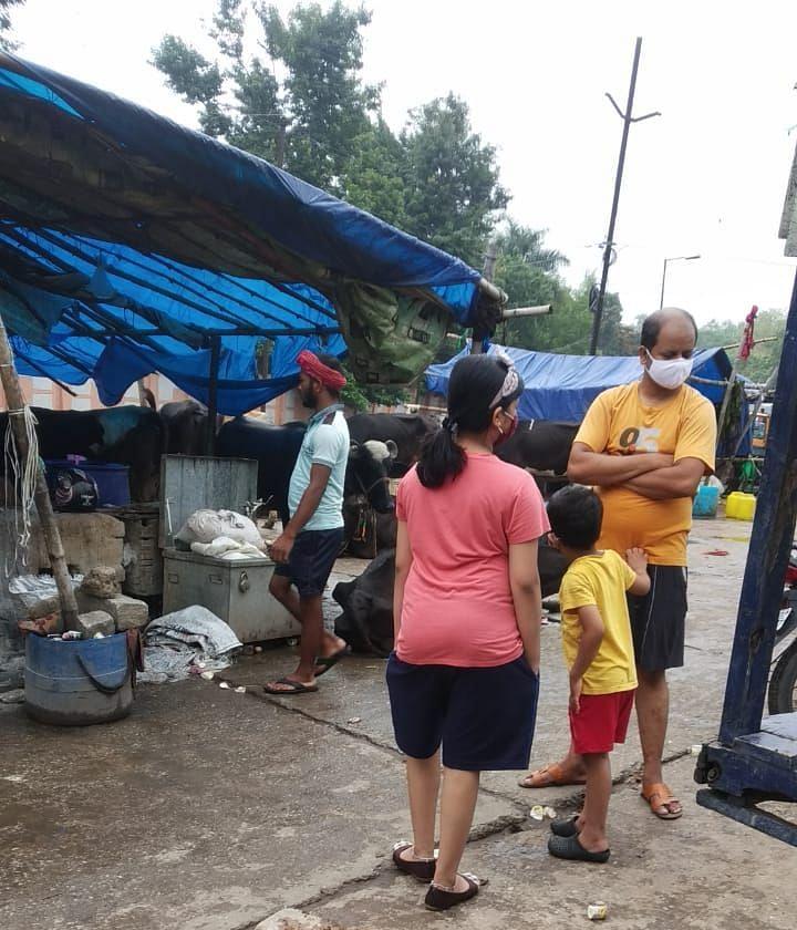 रांची के नागा बाबा खटाल में बच्चों के साथ दूध लेने पहुंचे