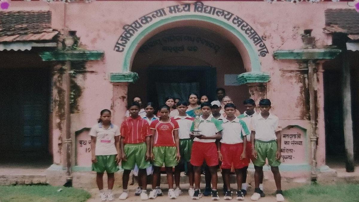 Jharkhand News : खरसावां में प्रशिक्षण के दौरान अपने साथी तीरंदाजों के साथ दीपिका कुमारी.
