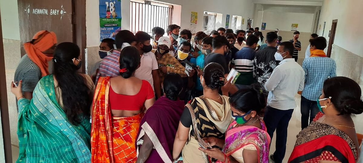 Complete Lockdown In Jharkhand : झारखंड में Complete Lockdown, लेकिन चतरा में स्वास्थ्य कर्मी की लापरवाही से वैक्सीन लेने वालों का उमड़ा हुजूम, सोशल डिस्टैंसिंग की उड़ी धज्जियां
