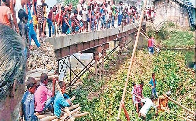 कमला-बलान नदी की उपधारा का जलस्तर बढ़ा, ग्रामीणों के प्रयास से भी नहीं बचा पुल का संपर्क पथ, मुख्यालय से संपर्क भंग