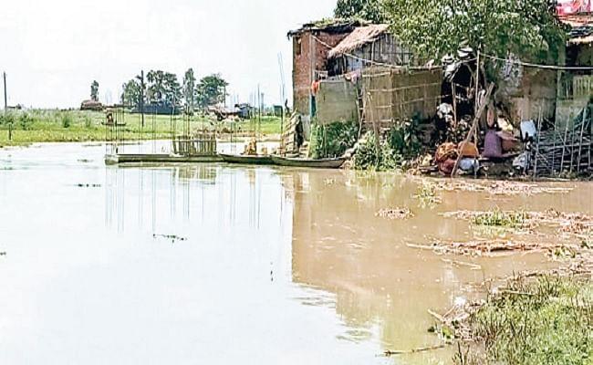 कमला बलान के कटाव से दरभंगा में चार घर ध्वस्त, बिजली पोल पर भी खतरा