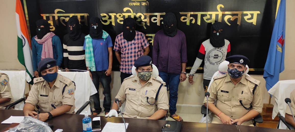 Jharkhand Cyber Crime News : दो CSP संचालकों समेत छह साइबर अपराधी गिरफ्तार, ग्राहक सेवा केंद्र के संचालकों से मिलीभगत कर ऐसे निकाल लेते थे पैसे
