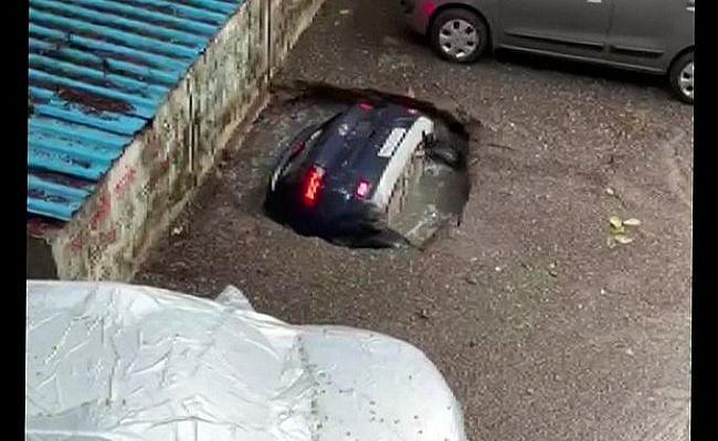 मुंबई में देखते ही देखते सिंकहोल में समा गई पूरी कार, वायरल वीडियो पर जानिए पुलिस ने क्या कहा