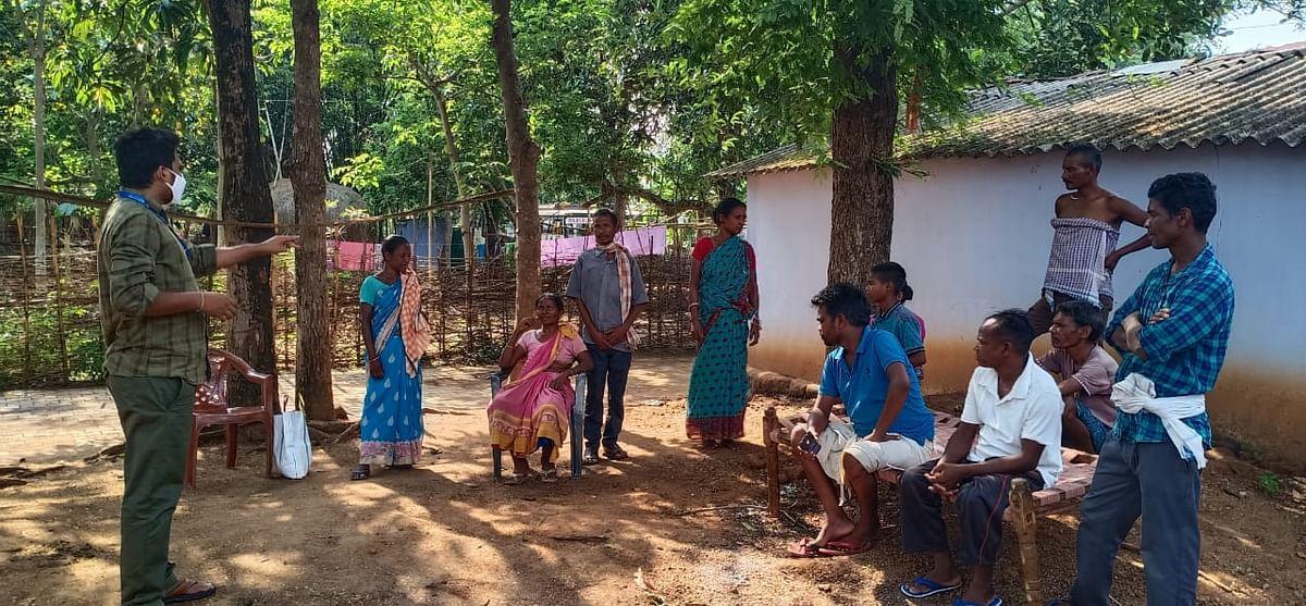 तसर किसानों से बातचीत करते बीएसएमटीसी के प्रभारी सह वैज्ञानिक डॉ तिरुपम रेड्डी