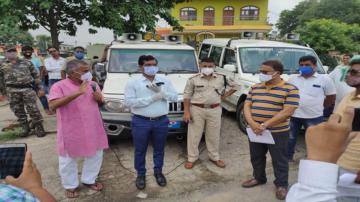 Jharkhand news : विधायक आवास का घेराव करने आये क्षेत्र के भूमिहीनों को समझाते बरही विधायक उमा शंकर अकेला व अन्य प्रशासनिक पदाधिकारी.