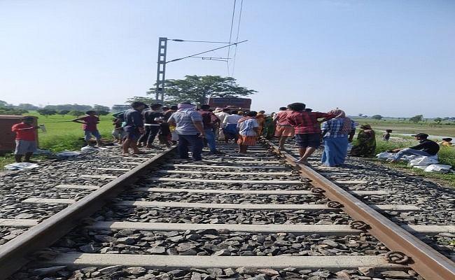 मोतिहारी में आक्रोशित ग्रामीणों ने रोका ट्रेन का परिचालन, अंडरपास बनाने के विरोध में किया प्रदर्शन, जानिए पूरा मामला