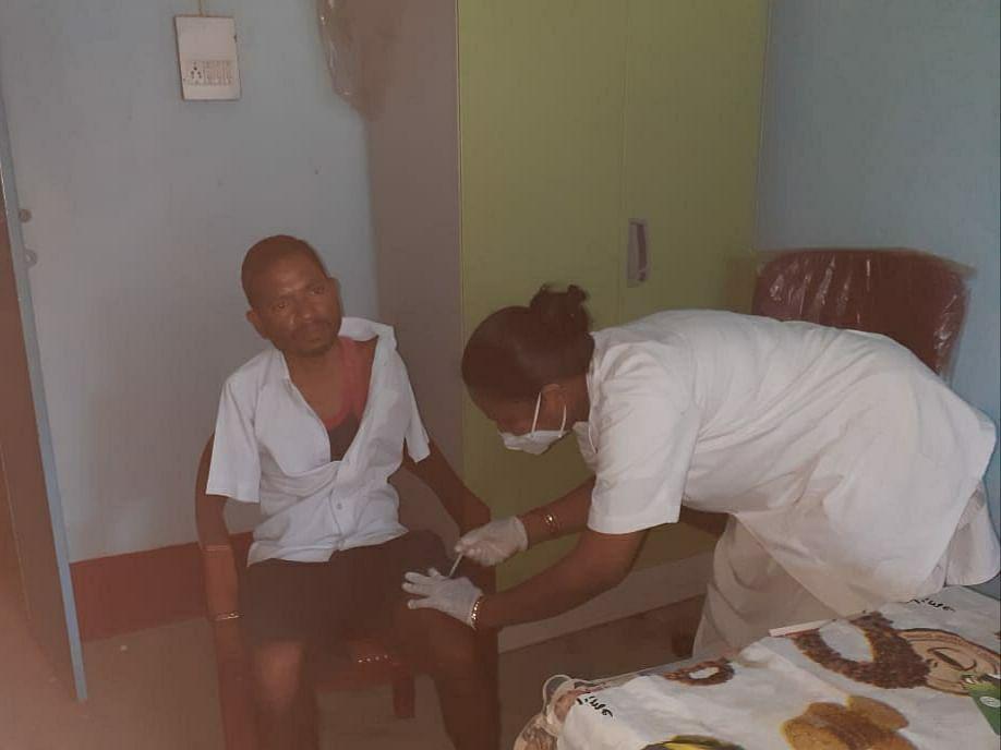 Corona Vaccination In Jharkhand : दोनों हाथों से दिव्यांग गुलशन ने ऐसे लगवाया टीका, स्वास्थ्य विभाग ने किया सम्मानित
