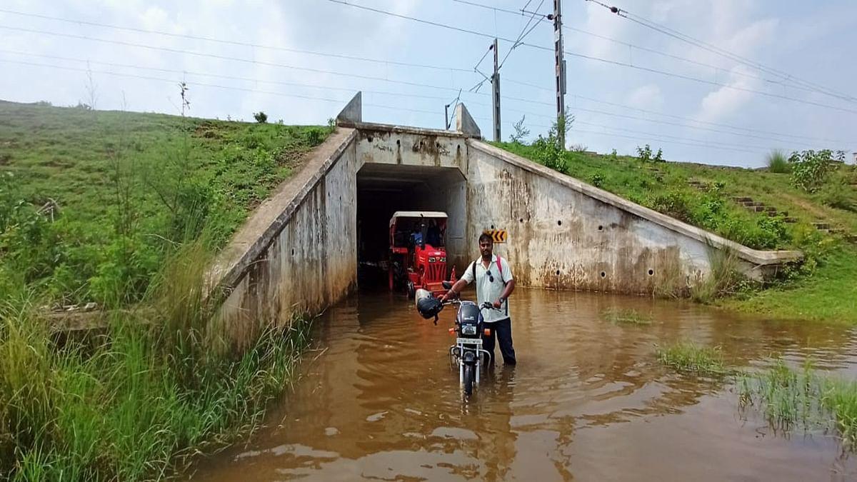 खरसावां के कुदासिंगी रेलवे अंडर ब्रिज में जलजमाव बना परेशानी का सबब, करीब 4 फीट तक जमा है पानी