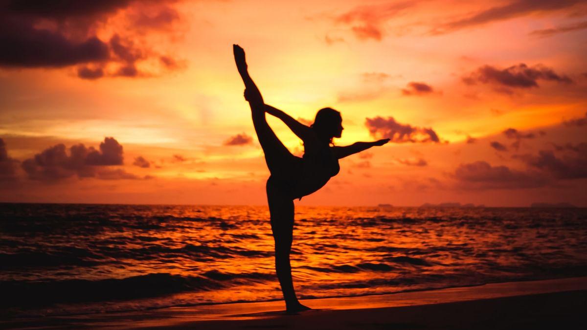 Happy International Yoga Day 2021: शारीरिक थकान के साथ मानसिक तनाव भी दूर करते हैं शवासन, मकरासन, मत्स्य क्रीड़ासन समेत ये 5 योग, जानें करने का तरीका