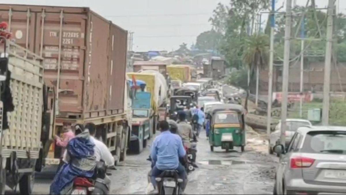 Jharkhand News : मुआवजे की मांग को लेकर रांची-पटना रोड घंटों जाम हाेने से वाहनों की लगी लंबी कतार.