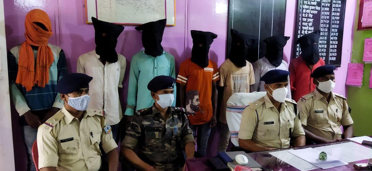 Jharkhand Crime News : कुख्यात अपराधी अमन साहू गिरोह के सात शूटर बालूमाथ से गिरफ्तार, अपराध की योजना बनाते लातेहार की पुलिस ने दबोचा