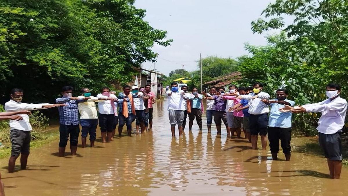 चांडिल डैम के विस्थापित ग्रामीणों ने किया जल सत्याग्रह, सांसद संजय सेठ बोले- 40 साल से न्याय के लिए तरस रहे हैं यहां के विस्थापित