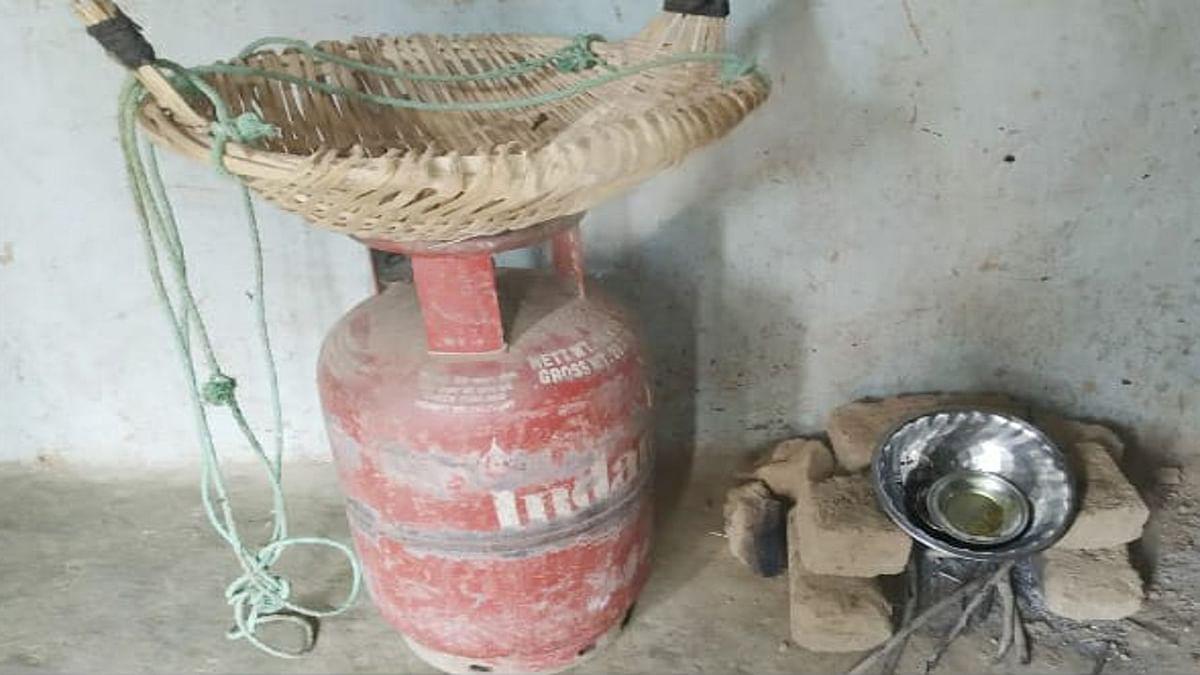 Jharkhand news : रसोई गैस सिलिंडर की जगह अब महिला परंपरागत चूल्हे पर ही बनाती है खाना.