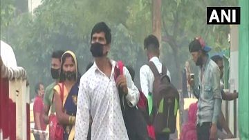 अनलॉक के बाद दिल्ली लौटने लगे हैं प्रवासी मजदूर, कहा- फैक्ट्रियां खुलने के बाद अब काम पर लौटने की बारी