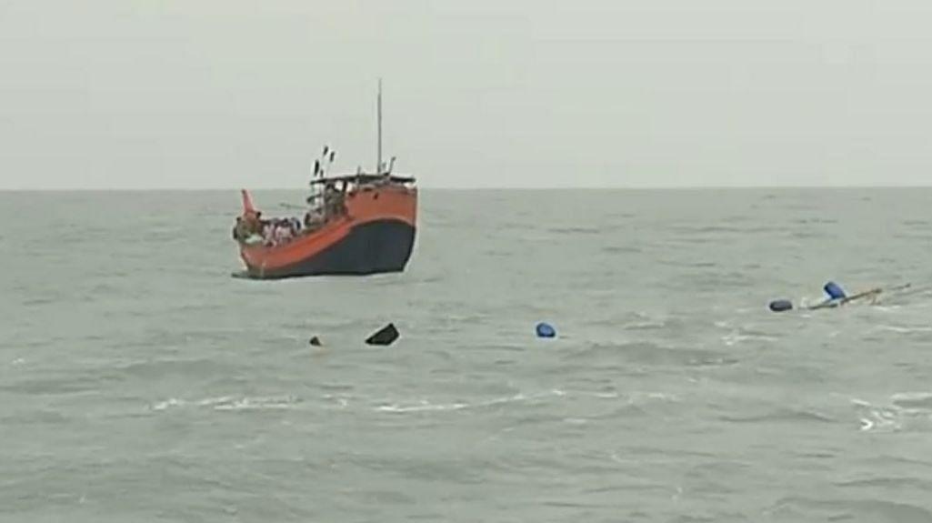 LIVE VIDEO: गहरे सागर में मछली पकड़ने गये मछुआरों का जहाज डूबा, 12 लोग थे सवार