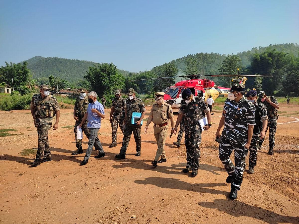 झारखंड के डीजीपी ने सरायकेला के अति नक्सल प्रभावित क्षेत्र का किया दौरा,  एंटी नक्सल ऑपरेशन को लेकर पुलिसकर्मियों को दिया मंत्र, ग्रामीणों से किया सीधा संवाद