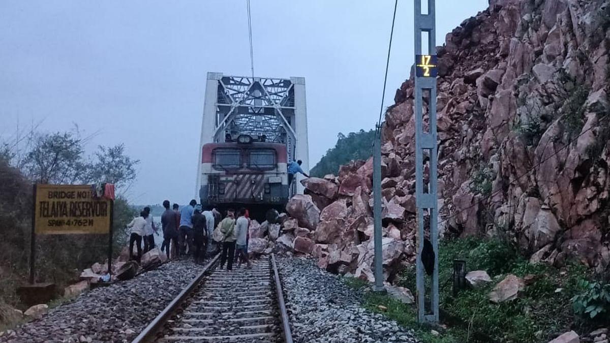 Indian Railways News : कोडरमा- बरही रेलखंड के जवाहर घाटी में रेलवे लाइन पर गिरा बोल्डर, ट्रेन हादसा होते-होते बचा, 5 घंटे रेल लाइन रहा प्रभावित