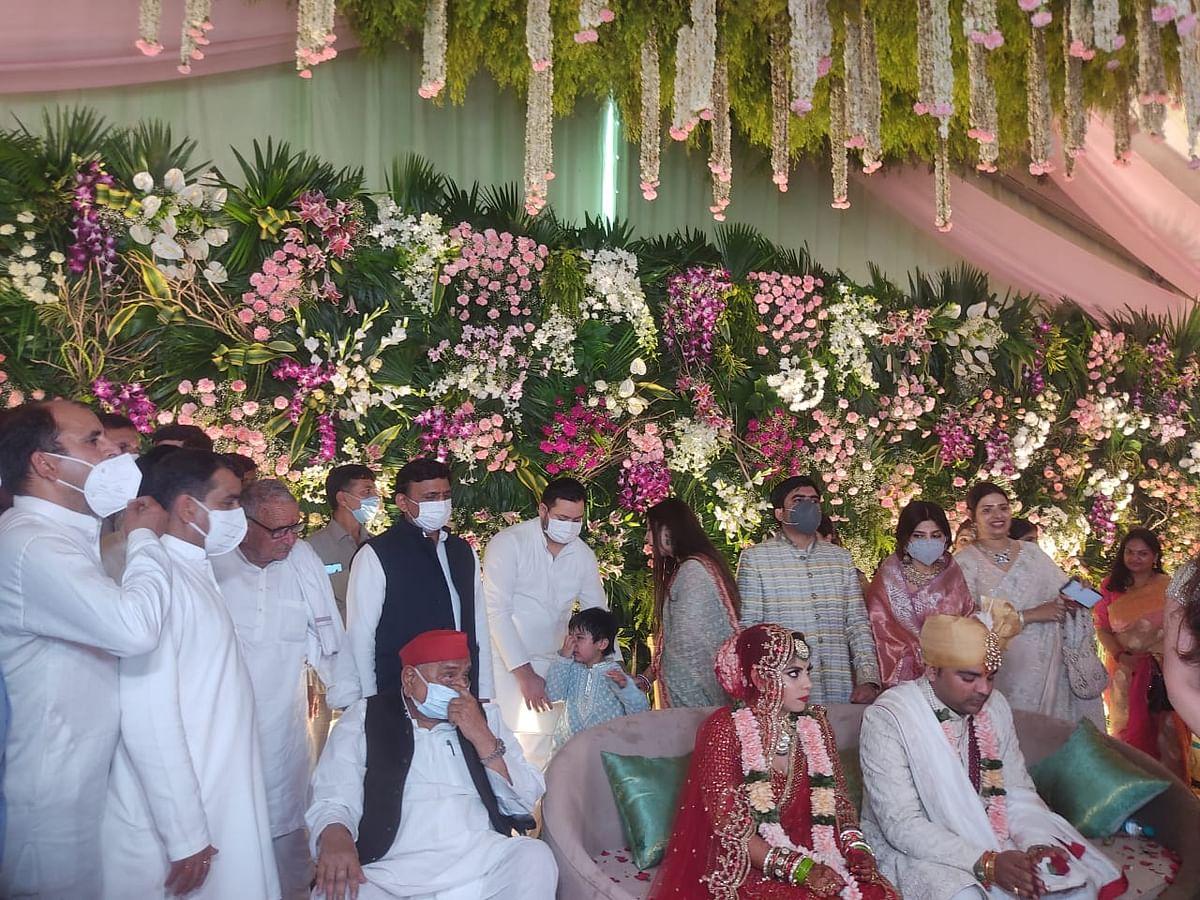 मुलायम परिवार की बेटी की शादी में एक मंच पर साथ आये मुलायम, शिवपाल, अखिलेश और रामगोपाल, देखें तस्वीरें